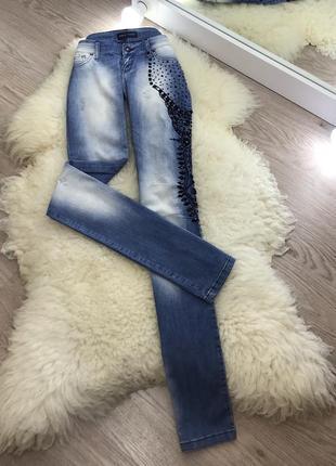 Шикарные джинсы расшитые камнями