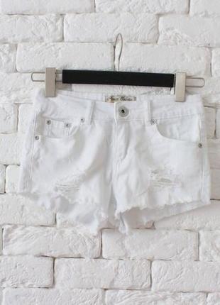 Белые стрейчевые шорты