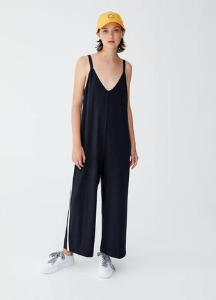 Трендовий стильний чорний комбінезон з білими полосами збоку pull&bear