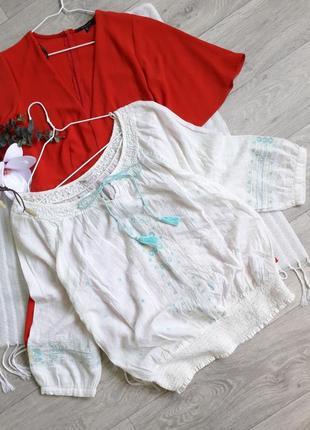 Молочная хлопковая блуза с вышивкой и завязками кисточками