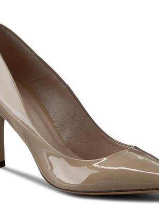 Бежевые лаковые туфли-лодочки