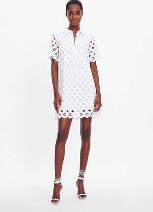 Ажурное кружевное платье свободного рубашечного кроя с короткими рукавами