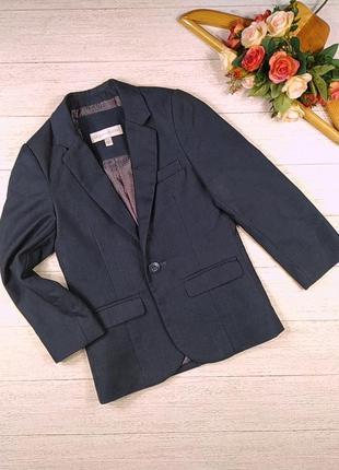 Стильный пиджачок на одной пуговице.