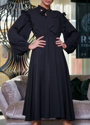 Расклешенное черное платье миди с воротником аскот и пышными рукавами амадис (1463 svtt)