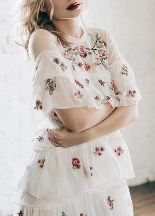 Белое платье с вышивкой zara