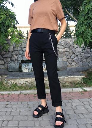 Легкие свободные чёрные штаны зауженные брюки со стрелками и с цепью на завышенной посадке3 фото
