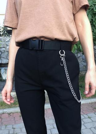 Легкие свободные чёрные штаны зауженные брюки со стрелками и с цепью на завышенной посадке4 фото