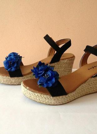 Сині босоніжки із квітами