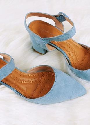 Голубые босоножки на каблуке