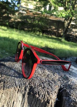 Эффектные очки в красно-черной оправе