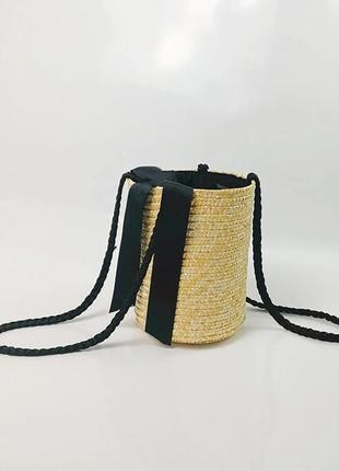 Соломенная сумка в форме ведра