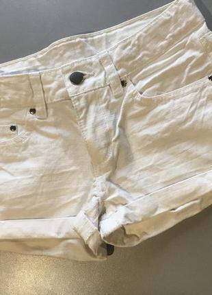 Білі шорти