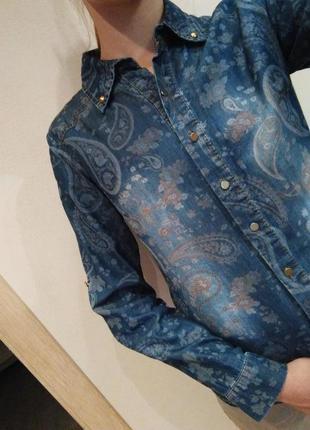 Джинсовая рубашка с завитками