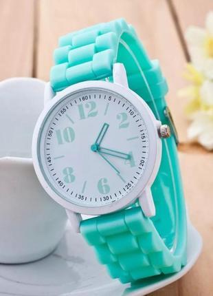 Часы мятного цвета