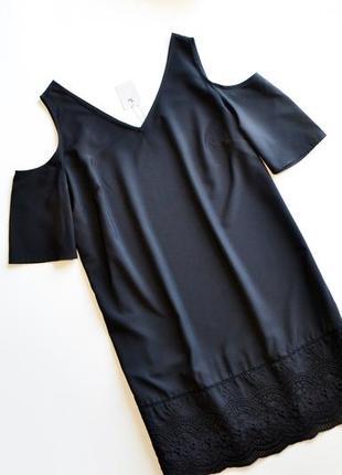 Летнее черное платье с узором по низу и открытыми плечами