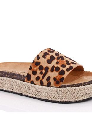 Тренд леопардовые шлепанцы на плетеной подошве