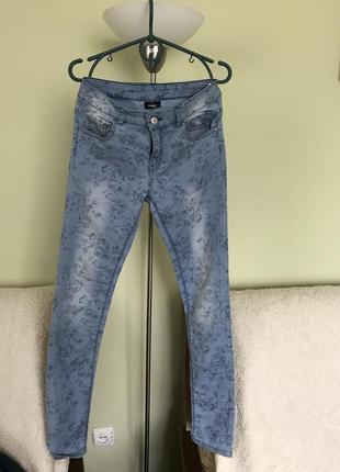 Отличные джинсы с весенним цветочным узором page