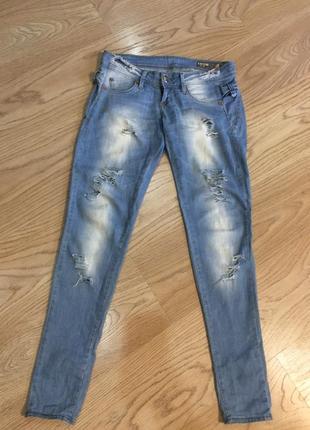 Легкие летние джинсы с разрезами и красивыми бантиками сбоку и сзади над пяткой