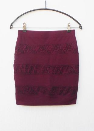 Трикотажная облегающая узкая мини юбка с кружевом цвета марсала