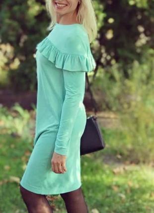 Стильное платье с оборкой на груди. тонкий велюр мятного цвета