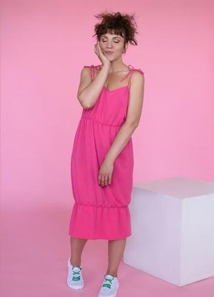 Ярко-розовое платье.