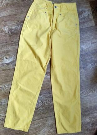 Желтые джинсы с высокой посадкой