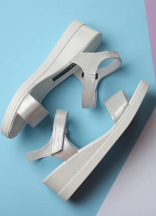 Стильные кожаные белые блестящие босоножки на танкетке натуральная кожа