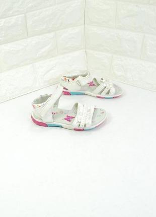 Детские босоножки белого цвета