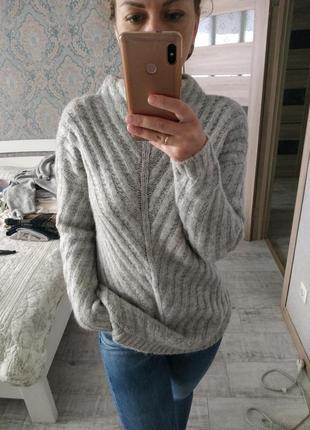Красивый теплый серый свитер с актуальным воротником