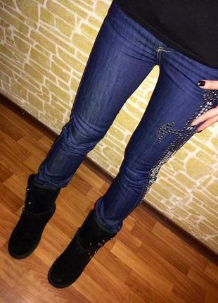 Эффектные синие джинсы essenza