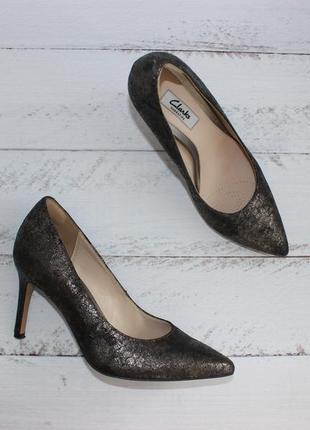 Clarks кожаные, фактурные туфли лодочки с острым носочком на прямом каблуке