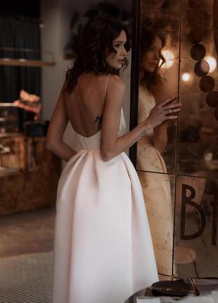 Шикарное вечернее свадебное платье миди на бретелях открытая спина белое атласное2 фото