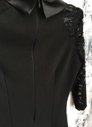 Чёрное короткое платье с атласным воротничком и гипюровыми рукавами