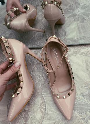 Шикарные туфли бежевые valentino в шипах лодочки