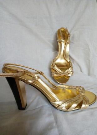 Золотые босоножки на каблуке