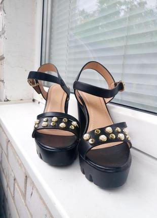 Очень красивые босоножки на каблуке