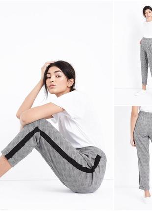 Стильные серые брюки с лампасами