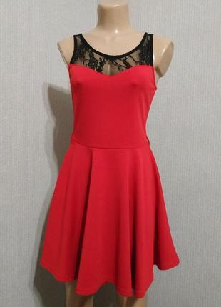Красное плать с черным гипюром сверху