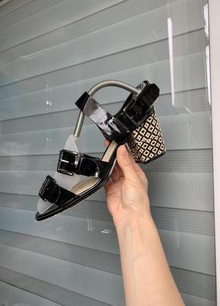 Чорні босоножки на не високому каблуку