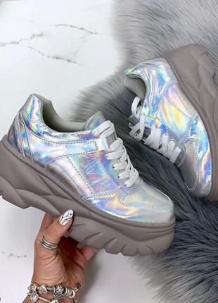 Стильные голографические кроссовки на платформе