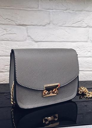 Стильная серая маленькая  сумочка на цепочке