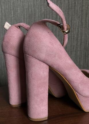 Шикарные замшевые туфли на устойчивом каблуке