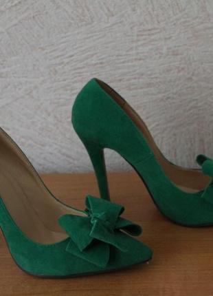 Невероятно красивые туфли изумрудного цвета