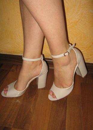 Лаковые бежевые босоножки на каблуку,закрытая пятка