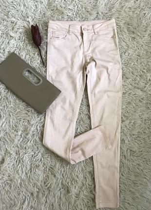 Стильные джинсы в персиковом цвете