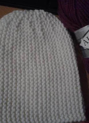 Белая шапка-бини из толстой пряжи