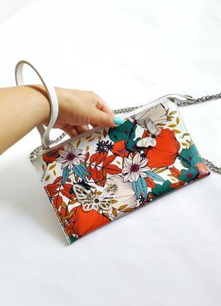 Яркий кожаный клатч сумочка в цветы и бабочки с металлическим ремешком