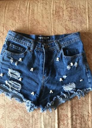 Джинсовые шорты с потёртостями и жемчужинами