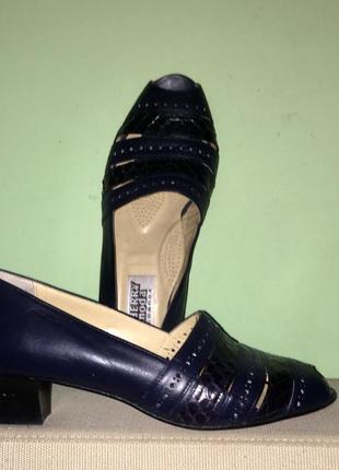 Легкие летние туфли босоножки на низком каблуке  из натуральной кожи темно-синего цвета