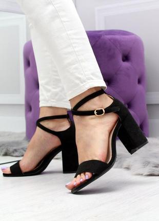 Крутые женские туфли на каблуке